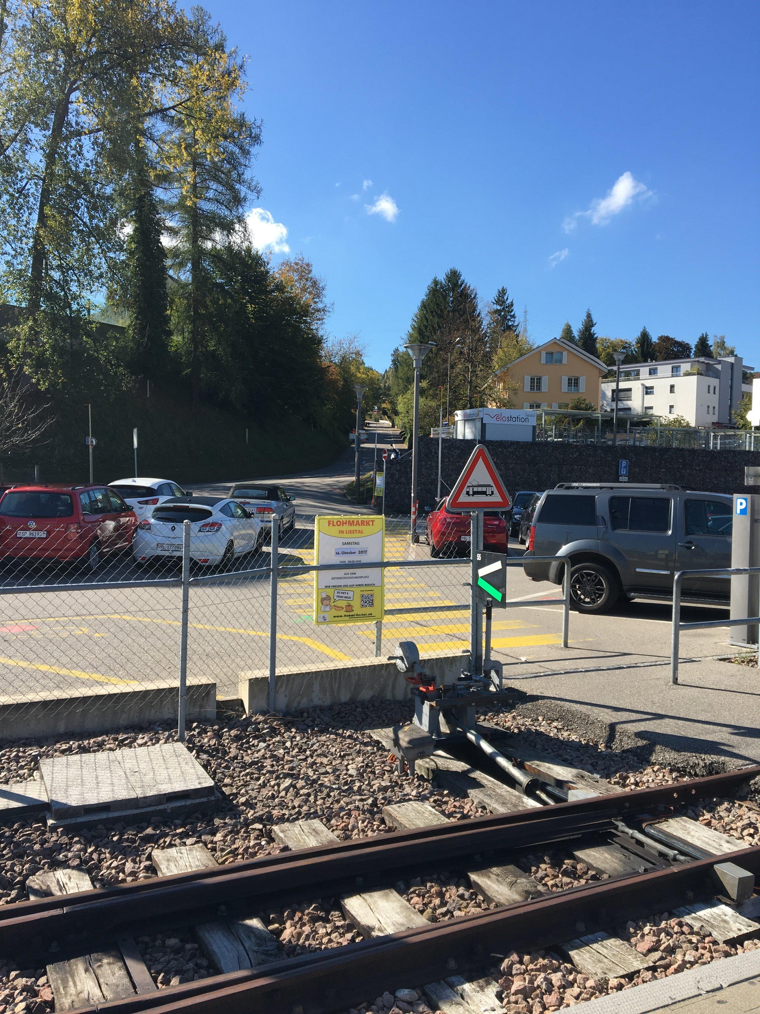 Über den Parkplatz Richtung Sichternstrasse gehen...
