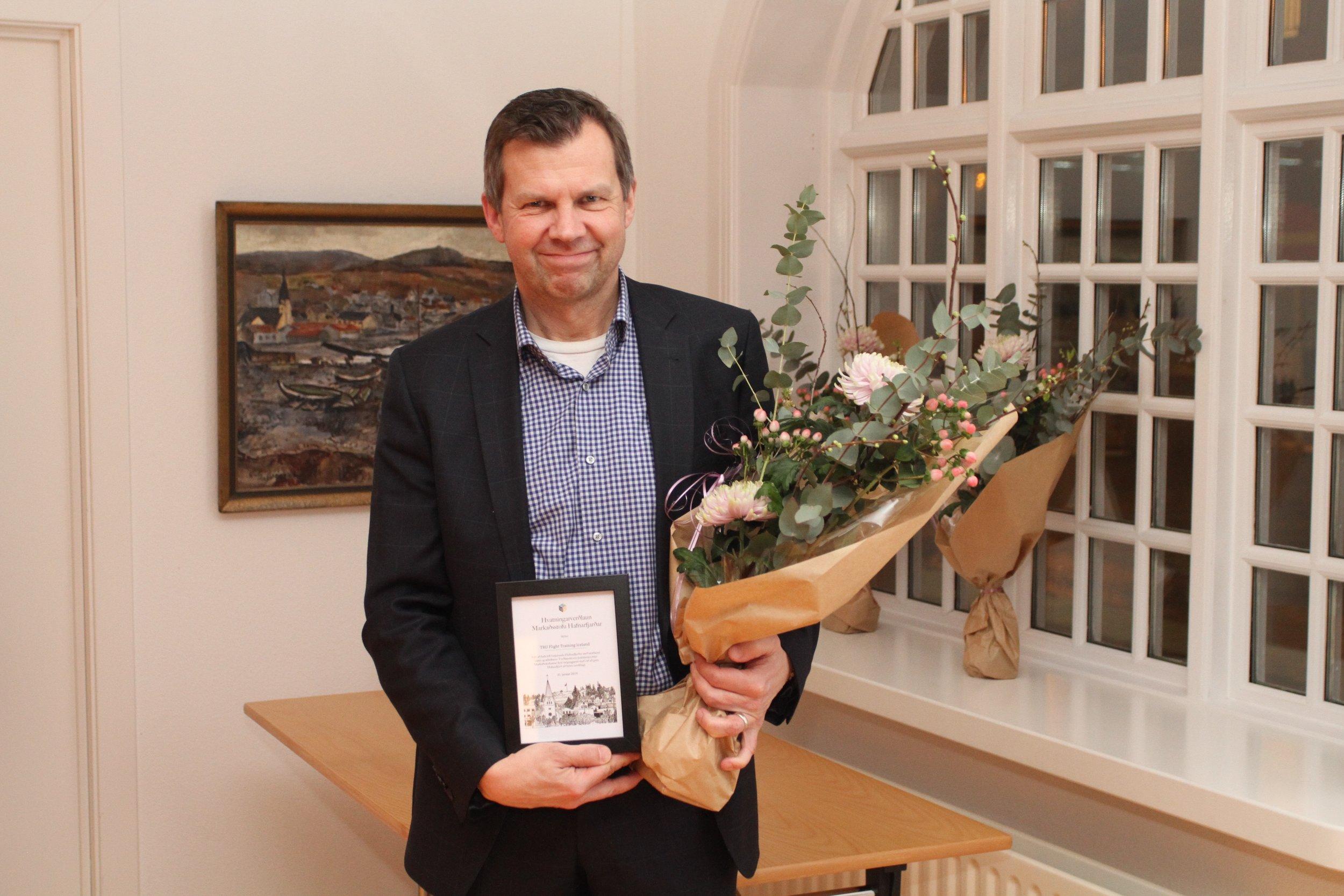 Jens Bjarnason stjórnarformaður tók við viðurkenningu TRU.