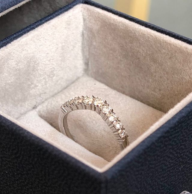 Happy Saturday! The sun is shining for those summer weddings happening today. If you're still looking for your wedding bands let us know - we have a variety of styles in stock and can craft and shape rings in our workshop if you need something specific ☀️💍