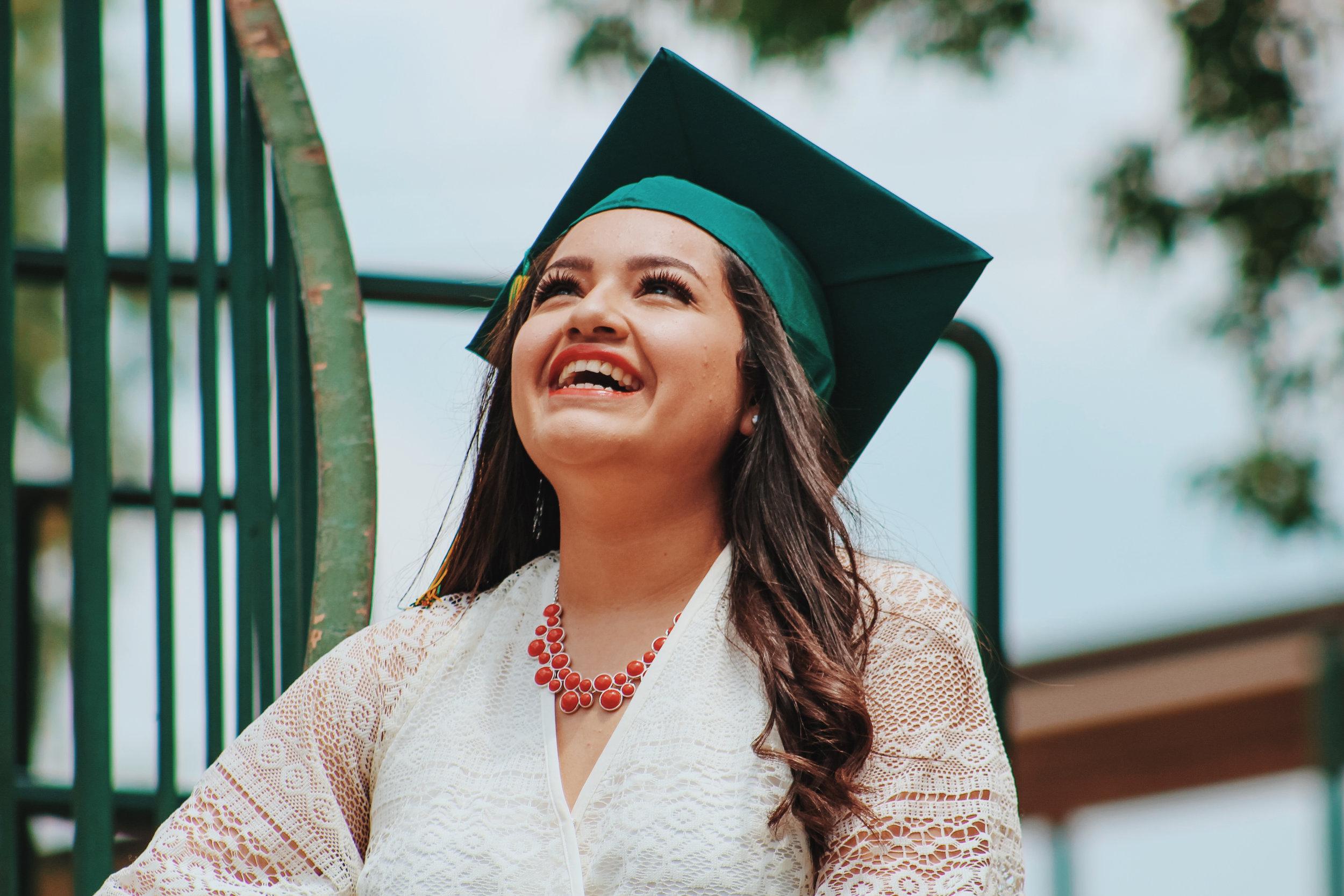 Gradúese con un diploma de   ESTUDIOS BÍBLICOS   ¡Disfrute de 24 cursos dinámicos!   Regístrese aquí