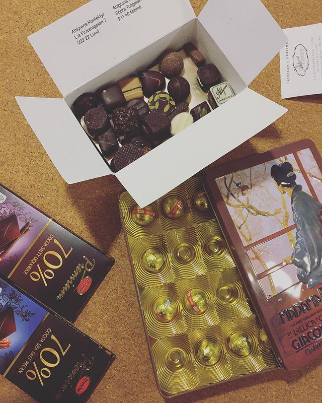 När det ösregnar och man kommer fram genomblöt till @houseofada.se är det alltid trevligt att upptäcka en spontan chokladbuffé i köket ☕️☔️🍫🍫🍫