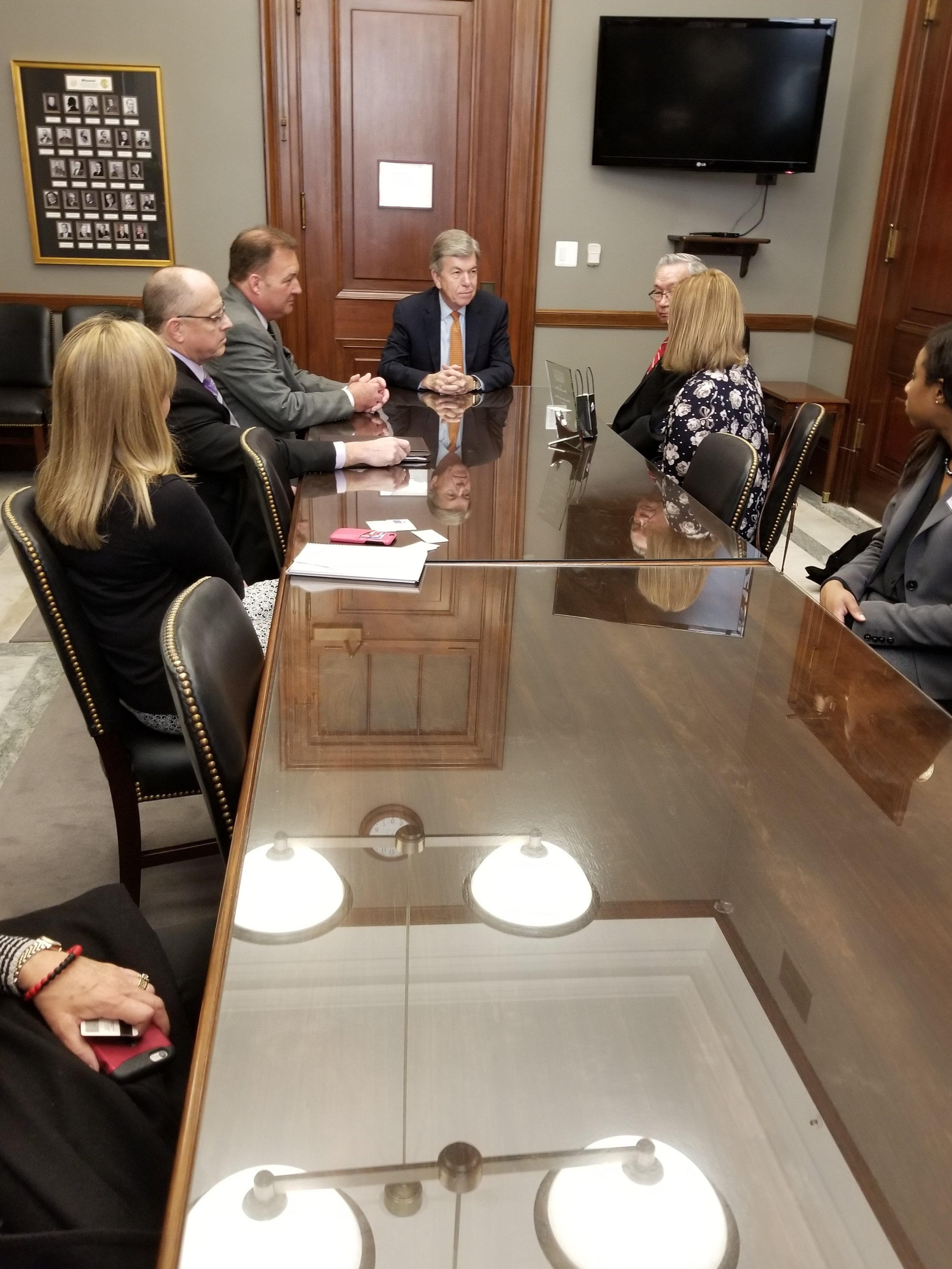 Senator Roy Blunt meets with the Campaign for Home Energy Assistance team and delegates from Missouri