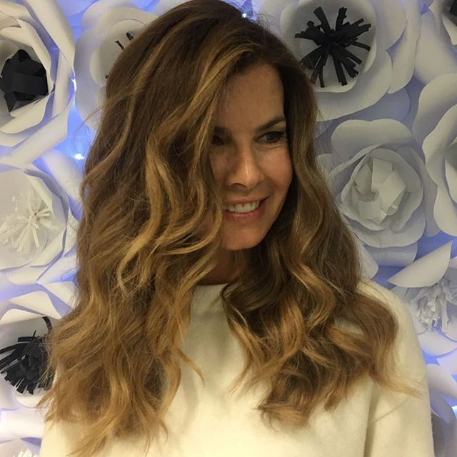 L' eleganza è la sola bellezza che non sfiorisce mai 🌺 #solobelledonne #schiariamociunpò #beautifulhair #amanolibera #hairstyle #haircolor #hairfactory #blondehair #softblonde #êtrebel