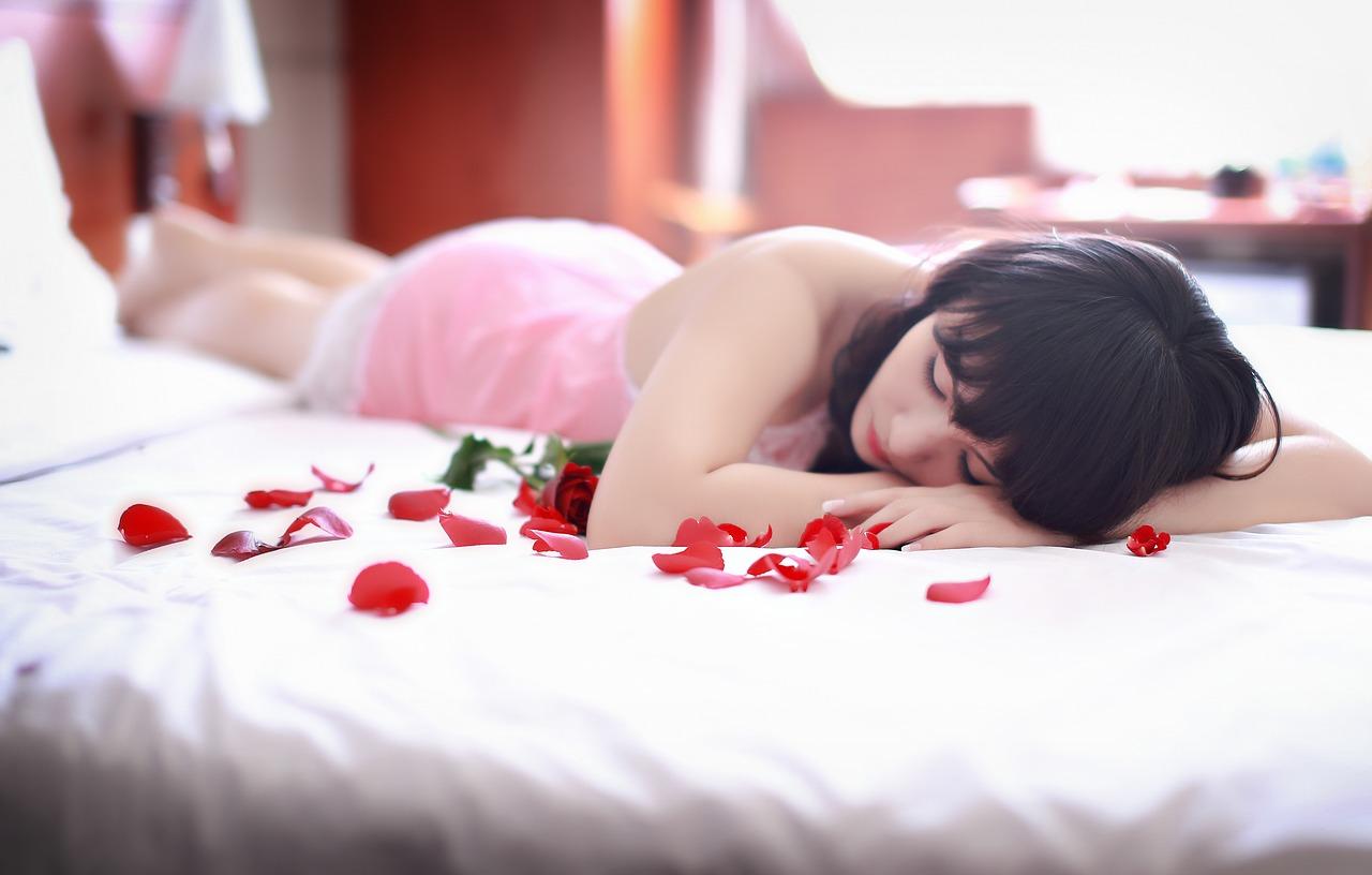 donna-petali-rosa.jpg