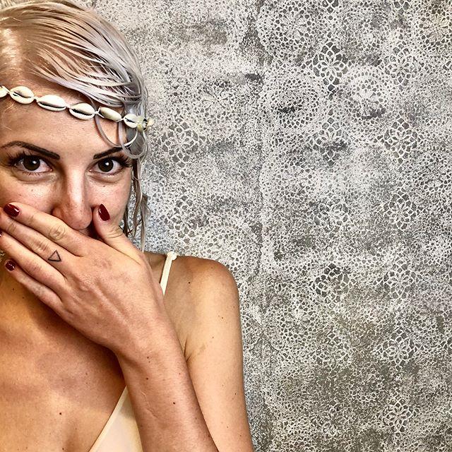 Buongiorno ☀️ È venerdì! E noi vi aspettiamo!  Ieri si giocava a fare i fotografi 🙈la modella però non scherza per niente @ginevra_sorgente sei un talento ❤️🧜🏻♀️ https://www.etrebel.it/blog/2017/8/9/schiarisciti-i-capelli-in-totale-sicurezza-con-olalplex