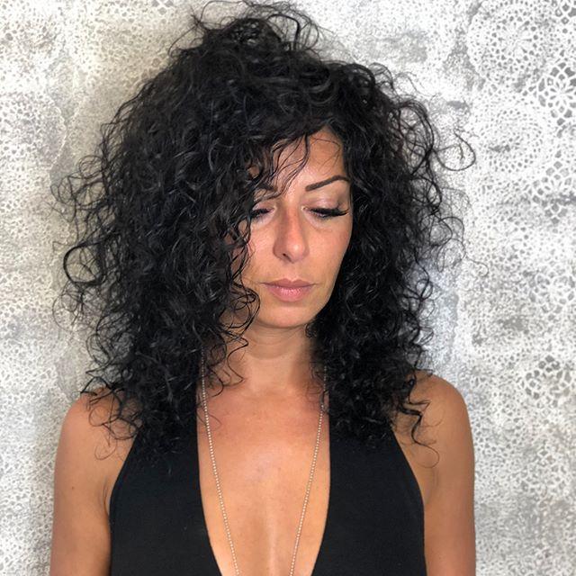 Puoi rischiare di avere una testa arruffata oppure adottare qualche trucco per risolvere l'annoso problema di capelli.  Seguiteci sulla nostra pagina Facebook per vedere il video completo!!!! https://www.etrebel.it/blog/2018/7/20/i-capelli-mossi-la-moda-dellestate-2018