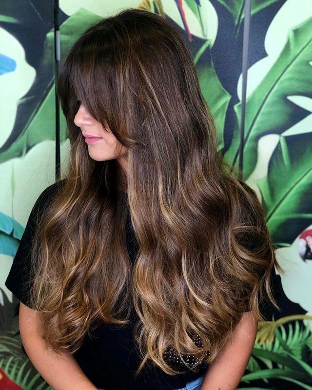 Oggi vi mostriamo una tecnica preziosa: si chiama #pennelage e si tratta di una schiaritura a mano libera per ottenere un hairstyle armonico che sembri schiarito dal sole. Un vero toccasana per i capelli bruni, quando vi sembrano poveri di verve e vitalità! - Grazie alla bellissima @laura_bonitta, che ci affida i suoi foltiiiiiissimi capelli splendidi! ❤️ - #etrebel #schiariturenaturali #schiaritureamanolibera #schiariturecapelli #capellisani #capellisaniebelli #cadorago