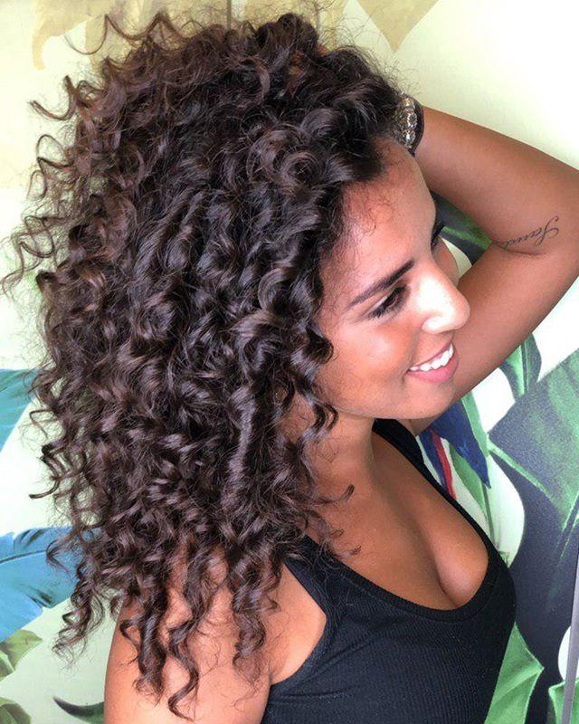 Capelli ricci che passione! Oggi vi mostriamo una tecnica molto particolare, che rende l'hairstyle definito e naturale allo stesso tempo. Permanente? No! Si tratta di una piega pizzicata (passata in questo caso a ferro stretto). Questa tecnica dona capelli ricci e voluminosi, che hanno un piglio naturalissimo, ma tengono la loro forma in modo perfetto 😍Se non l'avete ancora provata fatelo, rimarrete davvero sorprese! - Un super-grazie alla nostra modella di oggi, @maria.spolaor che ci ha affidato i suoi ricci-riccissimi ❤️ - #etrebel #capelliricci #capelliricciebelli #ricciperfetti #cadorago