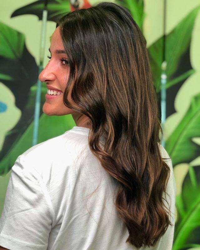 Quando si tratta di creare tocchi di luce sui capelli bruni, la leggerezza è davvero importante. E' per questo che scegliamo di schiarire a mano libera, applicando un insieme di tecniche che ci rende in grado di ottenere effetti leggeri e naturalissimi… come di capelli baciati dal sole!☀️ - Grazie alla super @celinemoscatelli che ha riempito il nostro lavoro di dolcezza e simpatia! ❤️ - #etrebel #schiariturecapelli #schiaritureamanolibera #schiariturecastane #lugano