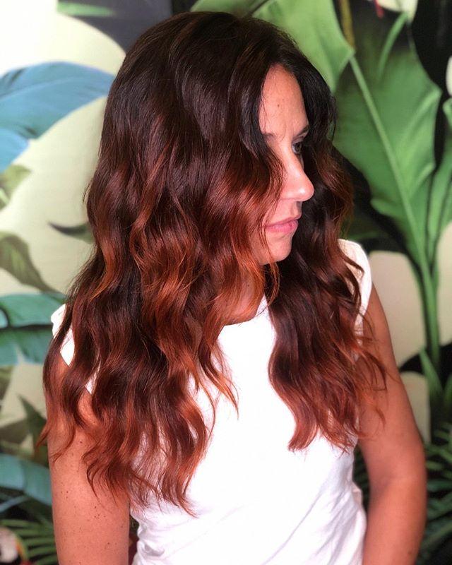 """Ci sono molti modi per ottenere colori pieni di sfumature come questo, passando per le schiariture ai meravigliosi Frappè di Henné ❤️ Per noi creare colori unici è una vocazione, uno stile ben preciso, il nostro """"modo di essere"""": se avete un progetto in mente, ma ancora non sapete dargli forma, non aspettate! Chiedeteci una consulenza e saprete tutto in proposito 😌 - La modella rossa più bella di sempre è @gingerale_ale 😘😘😘 - #etrebel #capellirossi #hennècapelli #sfumaturecapelli #schiaritureamanolibera #schiariturenaturali #cadorago"""