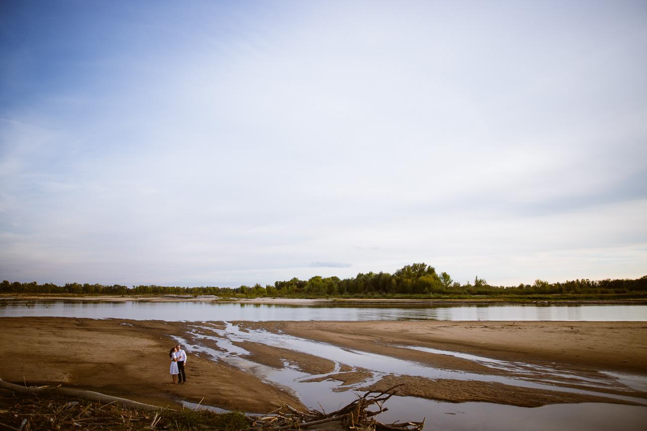Gdy poziom wody jest bardzo niski, po suchym piasku można przejść na widoczną na drugim planie wyspę na środku Wisły.