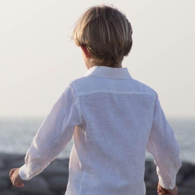 Walking through the summer 🏝#tailoredshorts #linenshirt #timeless #signaturelook || Online Store || www.smartaleklondon.com