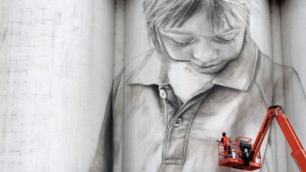 Gudio Van Helten painting Silos in Coonaplyn. Courtesy of ABC
