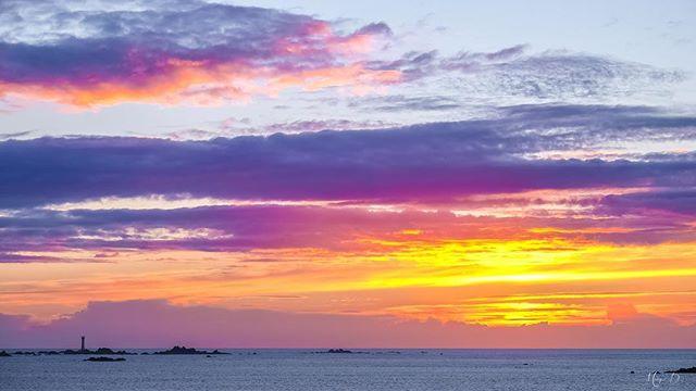 Beautiful autumn sunset tonight! ☀️🍁 #justgoshoot #ig_myshot #fujilove #fujifilm #sunset #sunset_pics #sunset_pics #sunsetview #loveguernsey #guernsey #leshanoislighthouse #autumnsun #thepeoplescreatives #visitguernsey @visitguernsey @guernseypress @locateguernsey @gsyphotofest