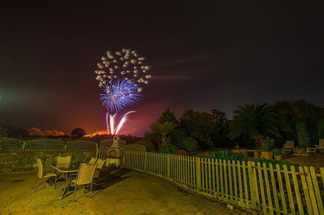 Fireworks 🎆 #gardenwithaview . .  #justgoshoot #ig_myshot #fujilove #fireworks #fireworkphotography #guernseylife #fujifilm #fujifeed #fujirocks #bonfire #bonfirenight🔥 #slowshutter #photooftheday #photography #visitguernsey #locateguernsey
