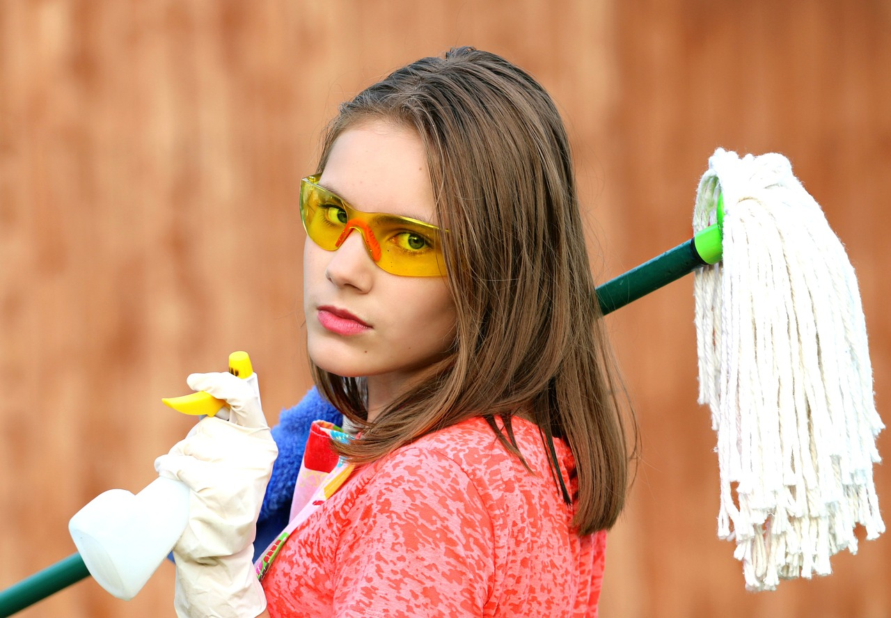 many safety experts recommend wearing eye protection when working with cleaning products such as bleach