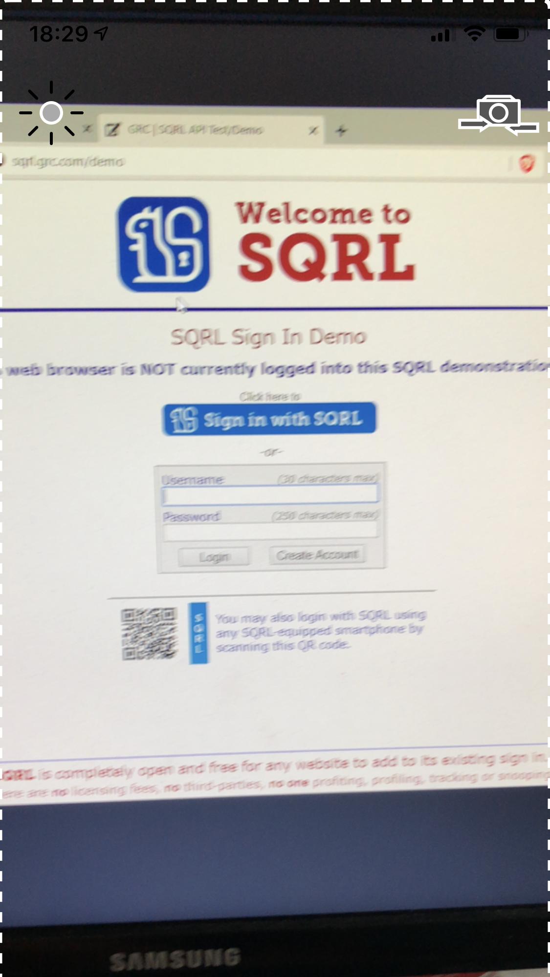 Scannez le QR code qui s'affiche sur l'ordi avec votre smartphone (ici un iPhone) pour lancer l'identification SQRL. (cliquez pour agrandir)