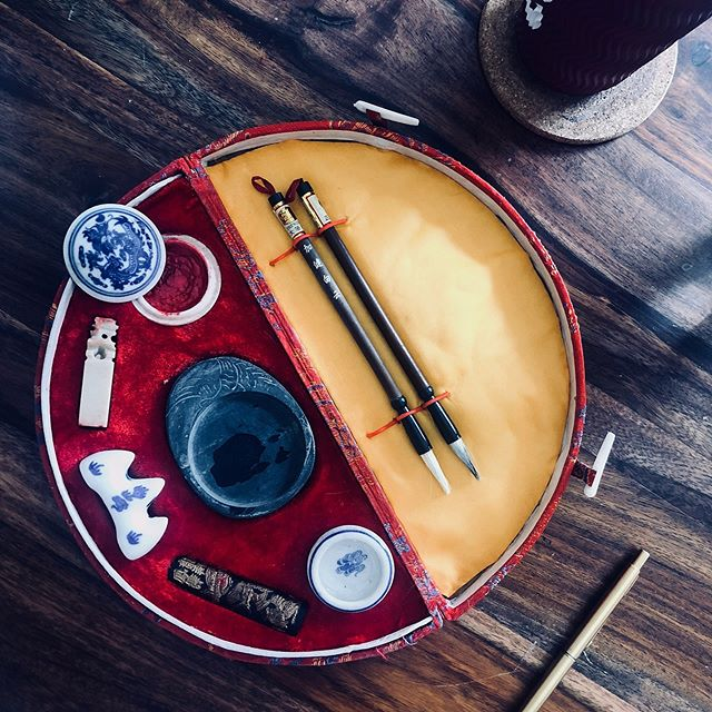 Today in Things I Never Got Around To Trying Properly, is this exquisite Chinese calligraphy and stamping set that @syamantakde got me from Vietnam. It's got an ink-stick, inkstone, a tiny bowl, 2 calligraphy brushes, a brush stand, a soapstone stamp and stamping ink. But Chinese brush work is intimidating y'all. I did get started on carving a design on that little soapstone blank stamp though (the white pillar-like thing).