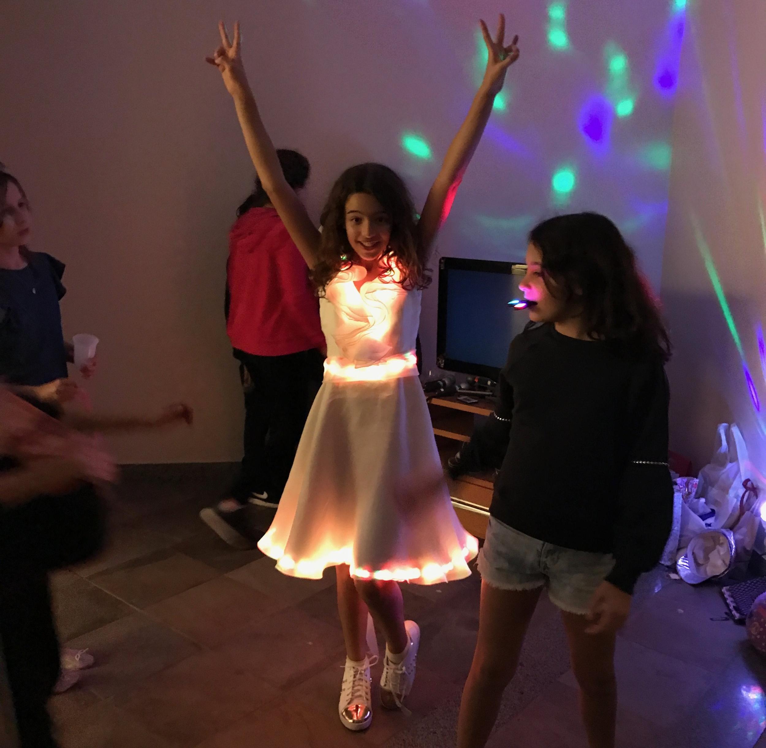 ROUPAS COM LED - Feito com fita de LED, os alunos decoram um vestido, camiseta ou outra roupa, acendendo em diversas cores. Os alunos  levam a roupa para casa.