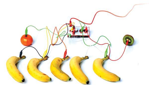 Makey Makey: Usando esta ferramenta conectada ao Scratch, por exemplo, é possível fazer um piano usando frutas (bananas, tomates e kiwis).