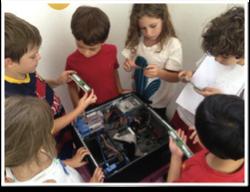 INTELIGÊNCIA TECNOLÓGICA - As crianças observam um computador desmontado, depois criam um computador de papel, colando todos os componentes. Elas  levam para casa o seu próprio computador de papel .