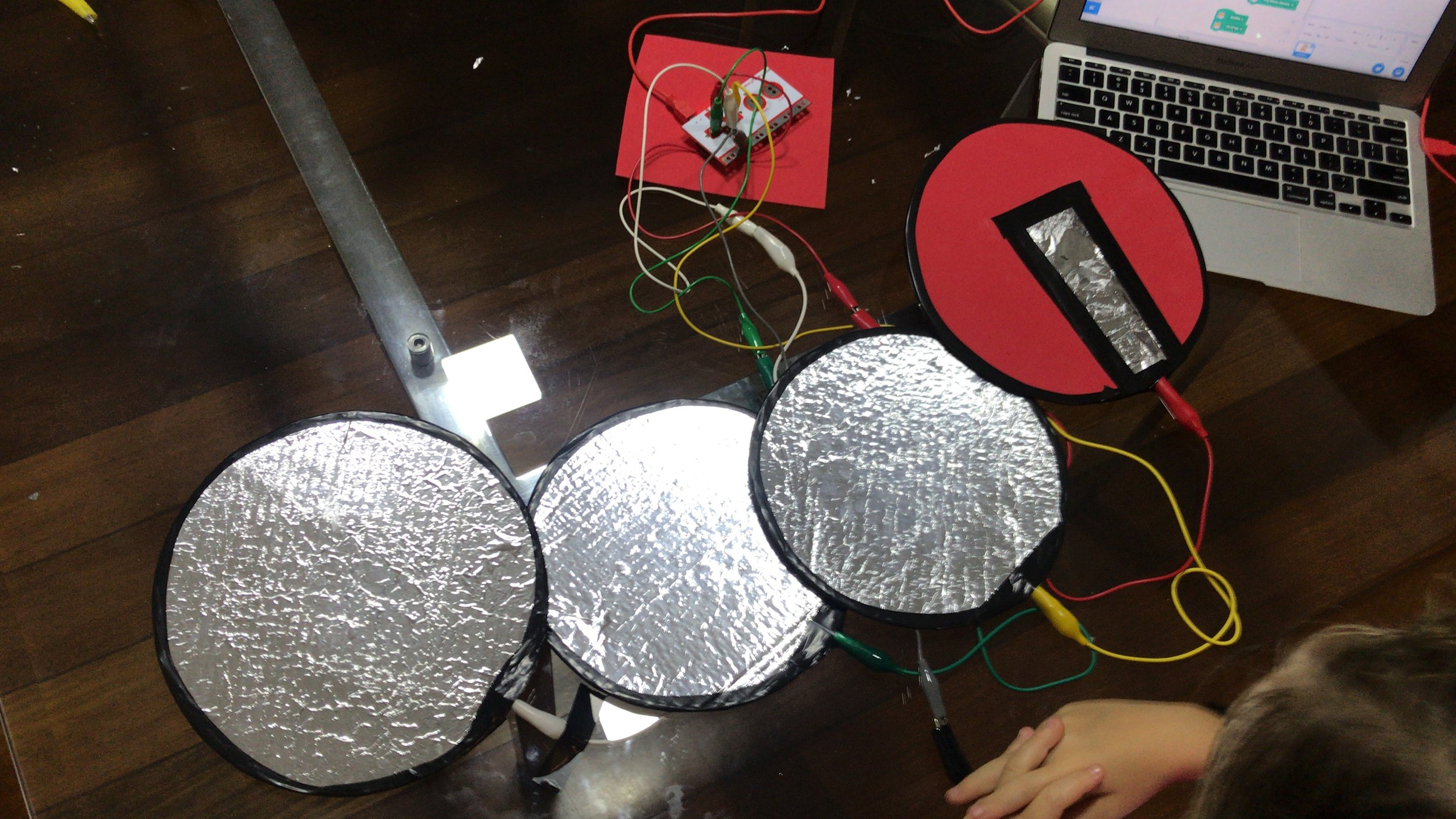 MÚSICA NO MAKEY MAKEY: Bateria que funciona de verdade, feita a partir de papelão e papel alumíno. O aluno escolhe no computador os sons que a bateria irá tocar.