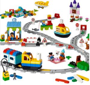 """ROBÓTICA com LEGO DUPLO TRAIN: Usando o trem para ensino de programação da Lego, chamado de """"Coding Express"""", trabalhamos o conceito de algoritmos (linear algorithm), de repetições (loops), de estruturas condicionais (conditionals) e de eventos (events)."""