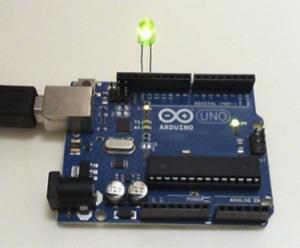 ARDUÍNO BÁSICO - Aula de Eletrônico e Programação com Arduíno. Neste projeto, as luzes piscam na ordem, do vermelho para o verde, depois piscam de volta.  OPCIONAL : Comprar o kit de Arduíno.