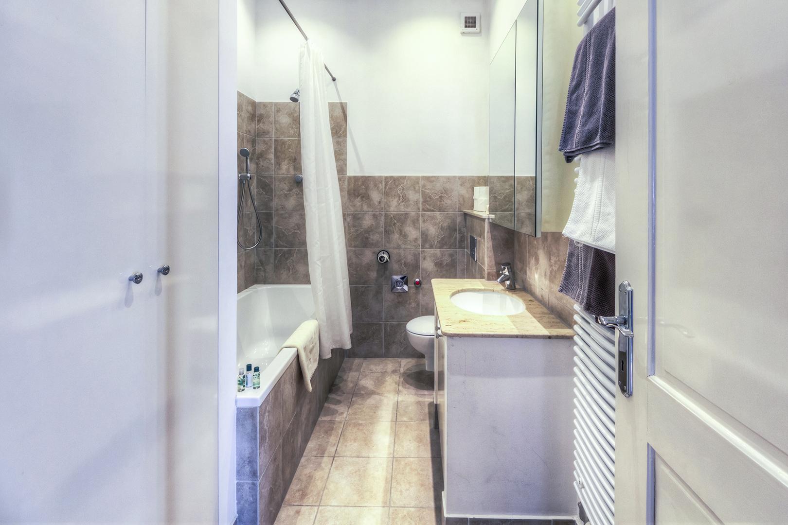Apt16_bathroom1.jpg