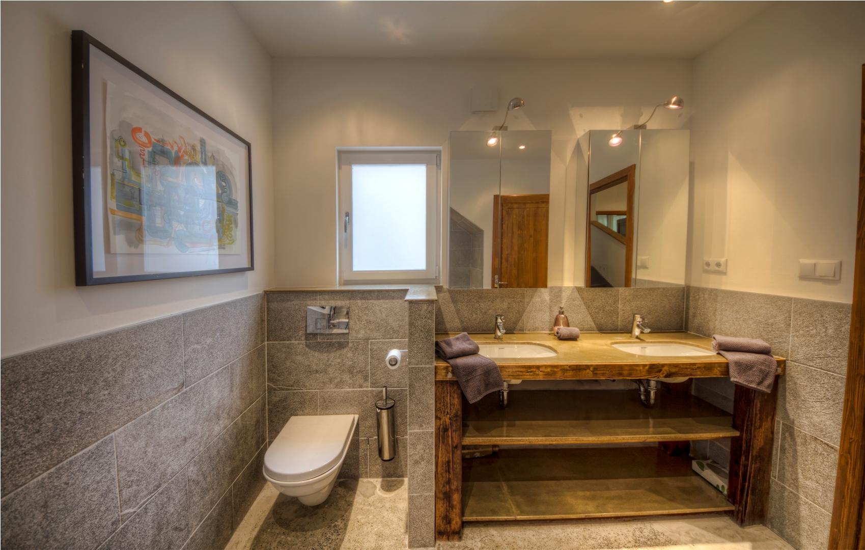Apt23_bathroom2.jpg