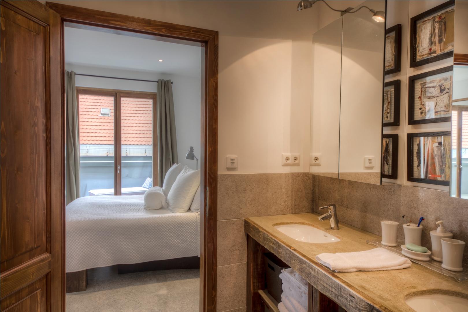 Apt21_bathroom1.jpg