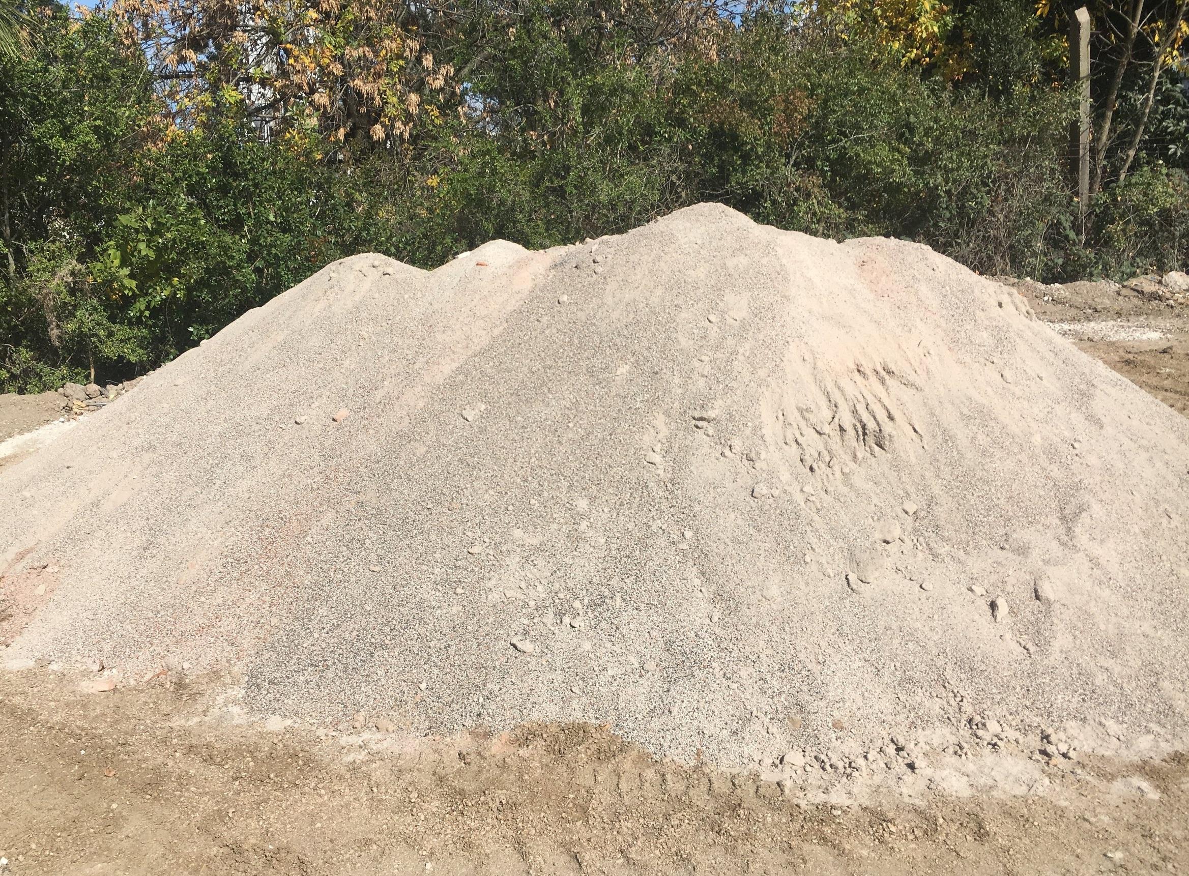 ÁRIDO FINO - Similar a la arena gruesa, utilizado para la materia prima de los mampuestos, para hormigones reciclados, para el sellado de pavimentos y como mortero para albañilería (muros, revestimientos)