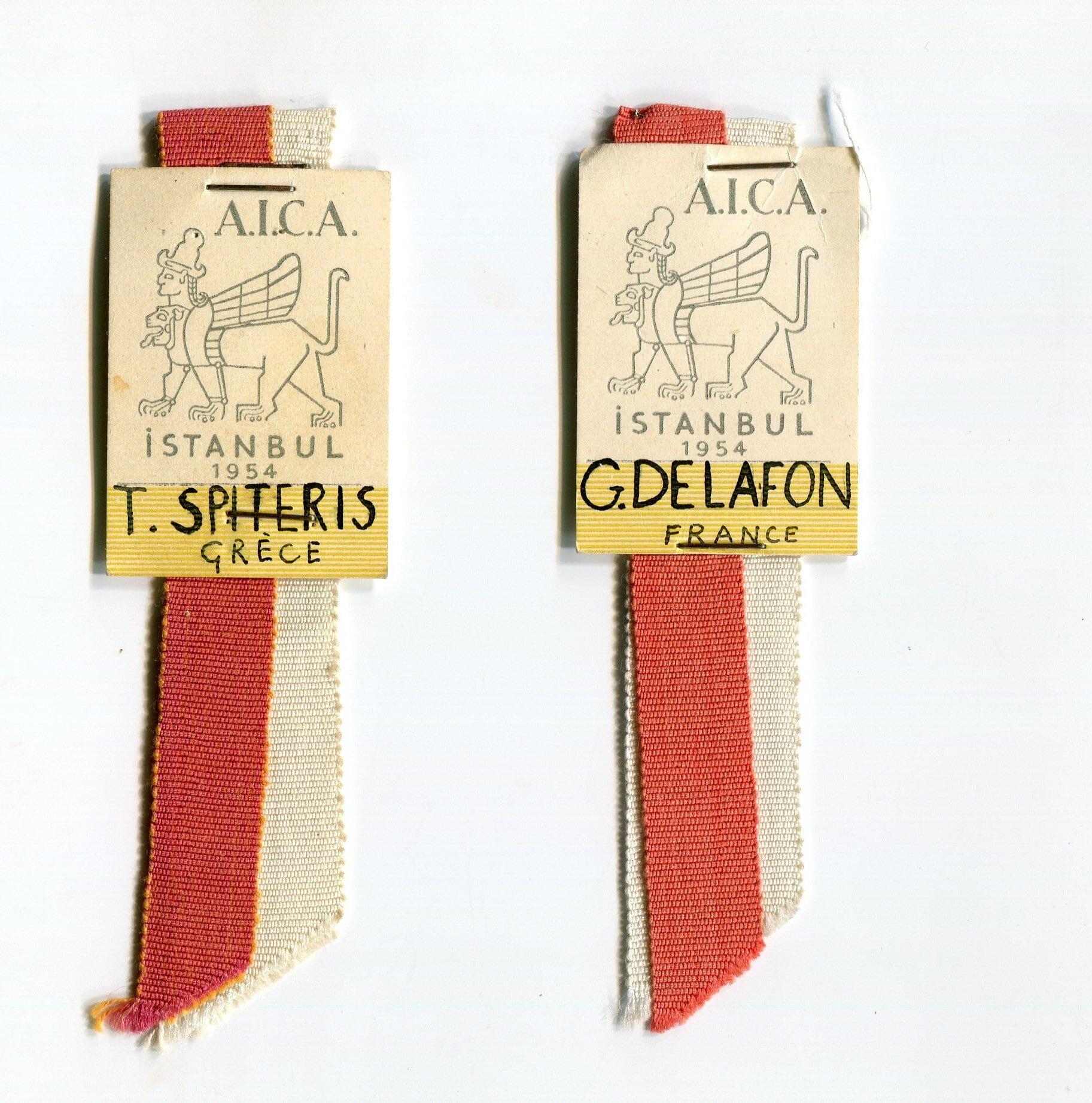 Badges de Tony Spiteris et de Simone Gille-Delafon au V e Congrès de l'AICA, Istanbul, 1954, fonds AICA International [FR ACA AICAI THE CON007 4/11], collection INHA – Archives de la critique d'art.