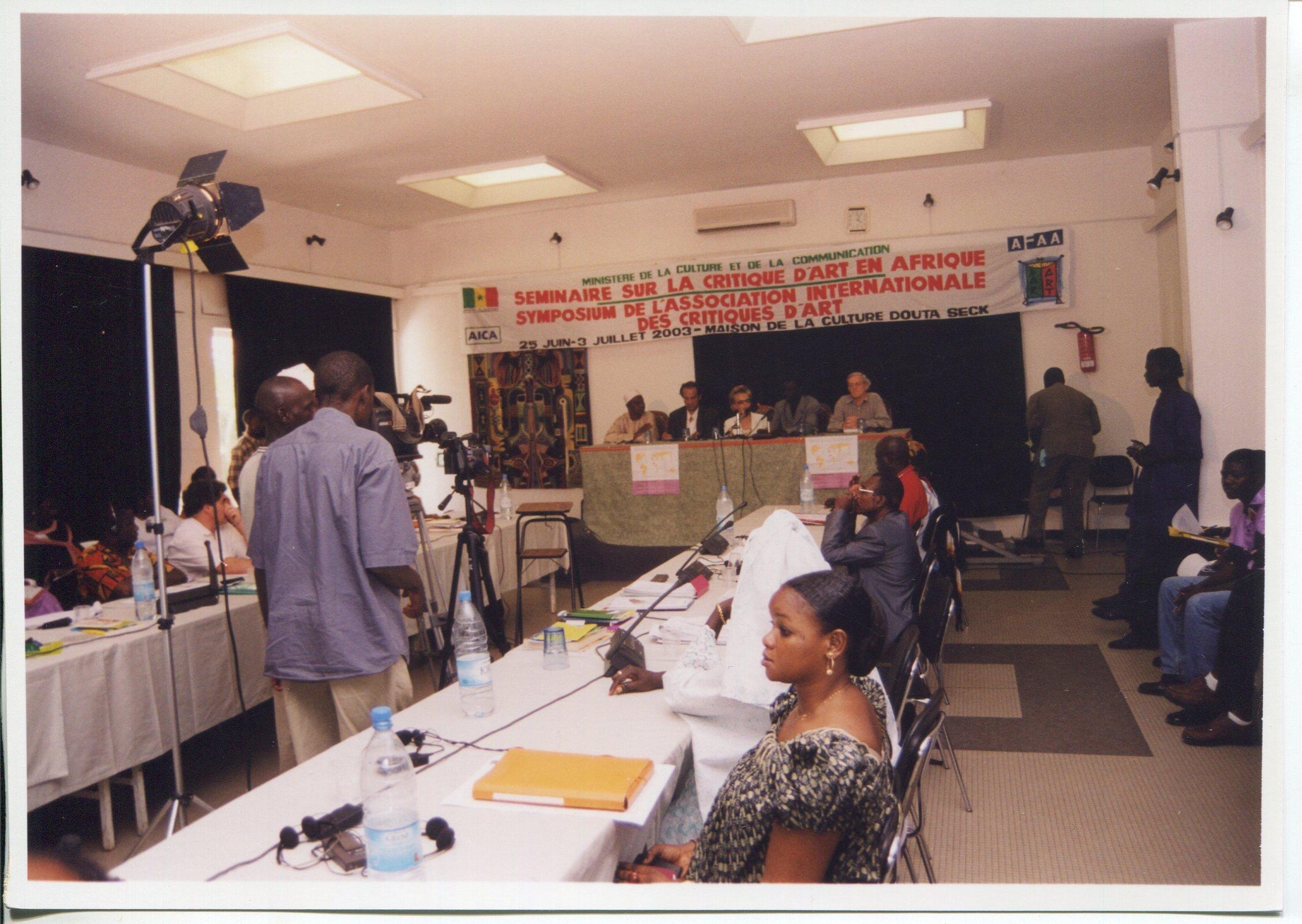 Séminaire sur la critique d'art en Afrique, Dakar, 25 juin-3 juillet 2003, photographe inconnu, fonds AICA International [FR ACA AICAI THE CON058/1], collection INHA – Archives de la critique d'art.