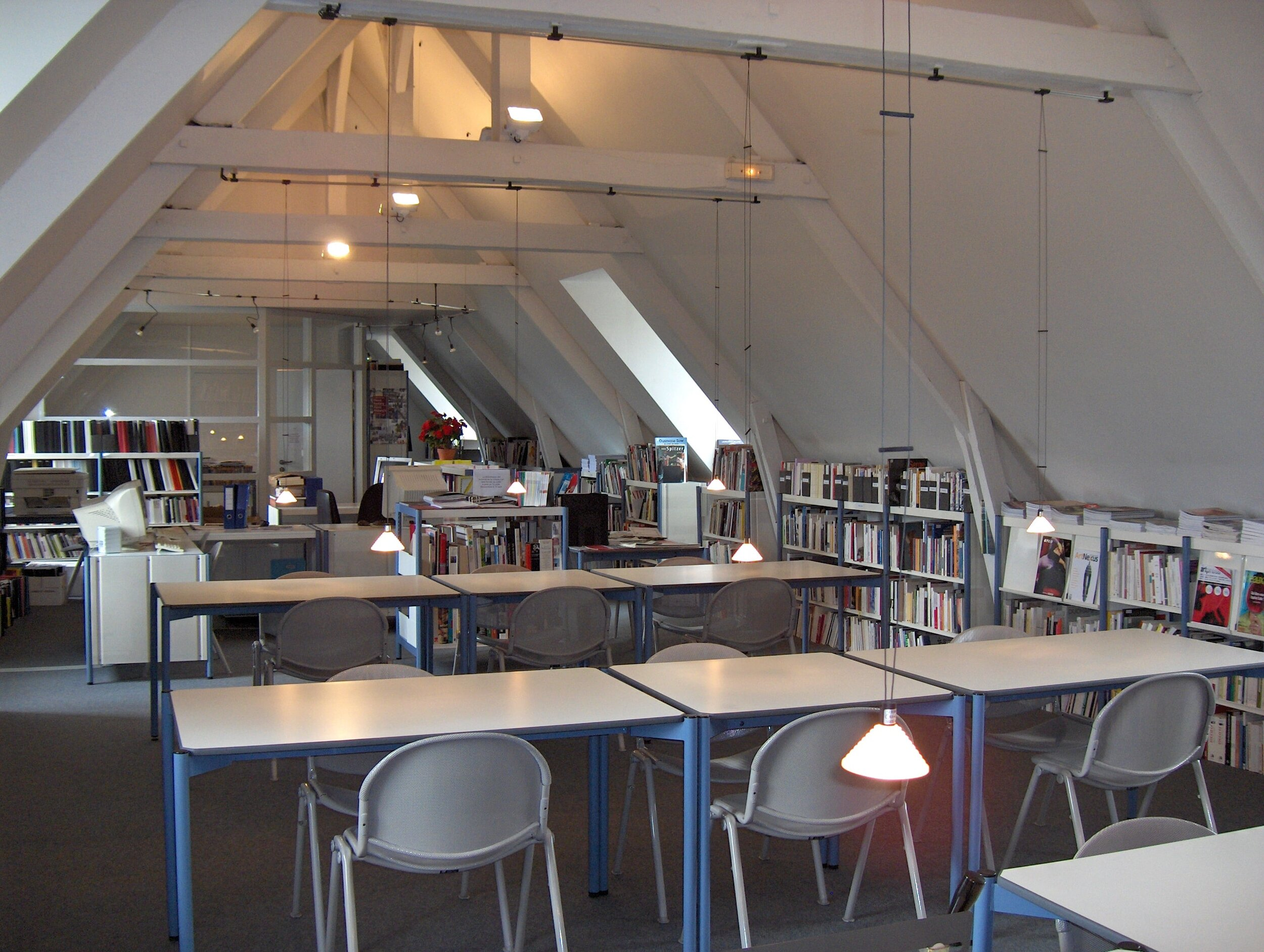 Salle de consultation des Archives de la critique d'art à Châteaugiron, 1992, archives internes ACA, collection INHA – Archives de la critique d'art. D.R.