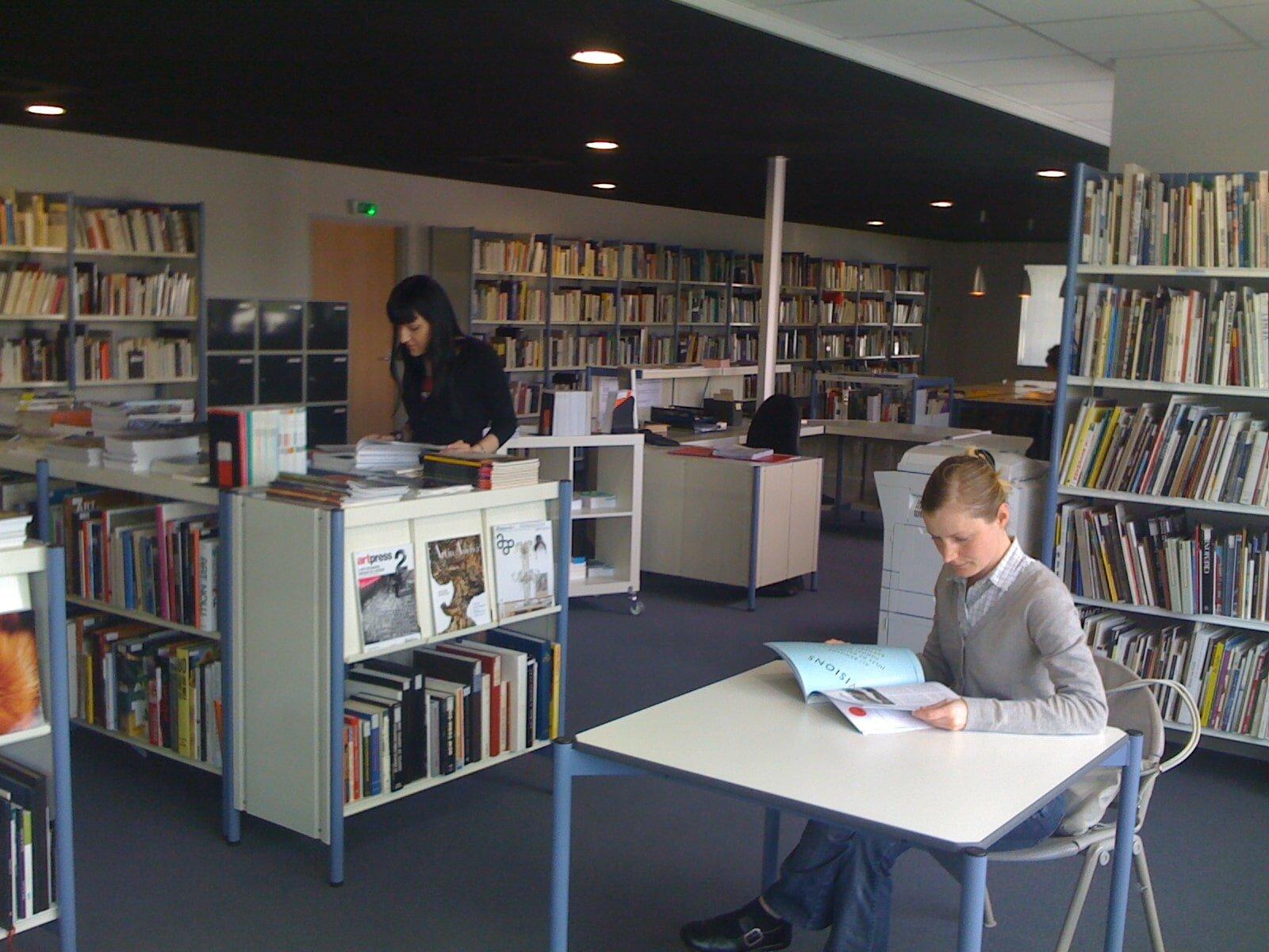 Salle de consultation des Archives de la critique d'art dans leurs locaux actuels à Rennes, archives internes ACA, collection INHA – Archives de la critique d'art. D.R.