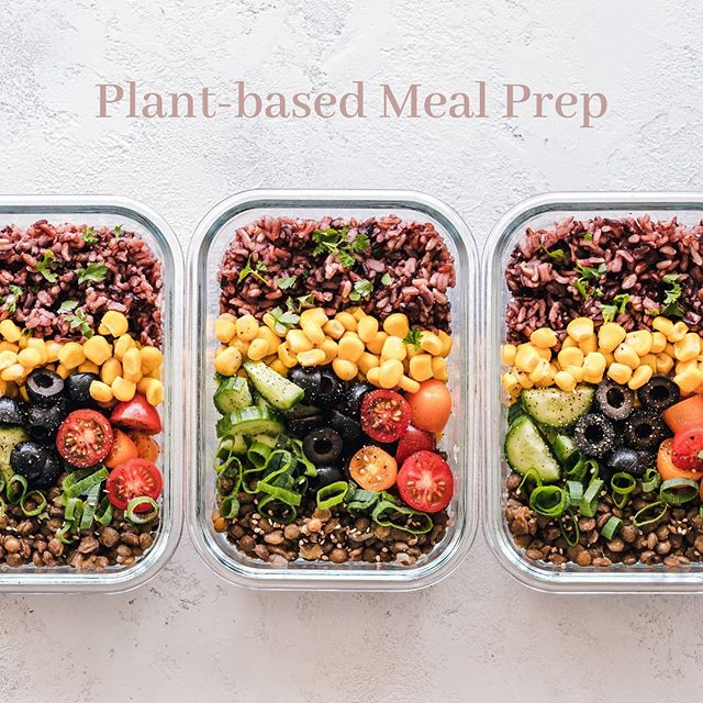When it comes to meal prep it's best to keep things simple. 💁🏻♀️ You don't have to follow a fancy recipe, just invest in some good containers for the week. 👍🏼 I suggest doing prep for 3 days- any more than that and the food can go a bit yucky unless you're freezing it of course. 🤷🏻♀️ Make a big batch of grain like rice or quinoa. If you don't like grains perhaps you could roast some pieces of sweet potato and root veggies to create a starchy base.  Then add your protein, either lentils, chickpeas, beans, tofu...so many options  Top with some kind of greens, chopped lettuce and fresh salad. 🥗 Make some of your favourite dressing for the week like the garlic one in my last recipe post. Keep in a mason jar in the fridge at work. Add the dressing just before you eat it so the food doesn't get soggy.  Equally a blob of hummus, a little olive oil with red wine vinegar and a pinch of salt will add some flavour. I would then chop some fresh parsley or coriander to put on top to add extra fresh flavour. Make sure you check your teeth in the mirror after you eat, the herbs like to hang around.  A word of warning opening any pre-cooked broccoli or cauliflower at your desk- it stinks. I'd go for salad or uncooked raw veggies if you're putting them in your lunch box, just a thought.🤔💭