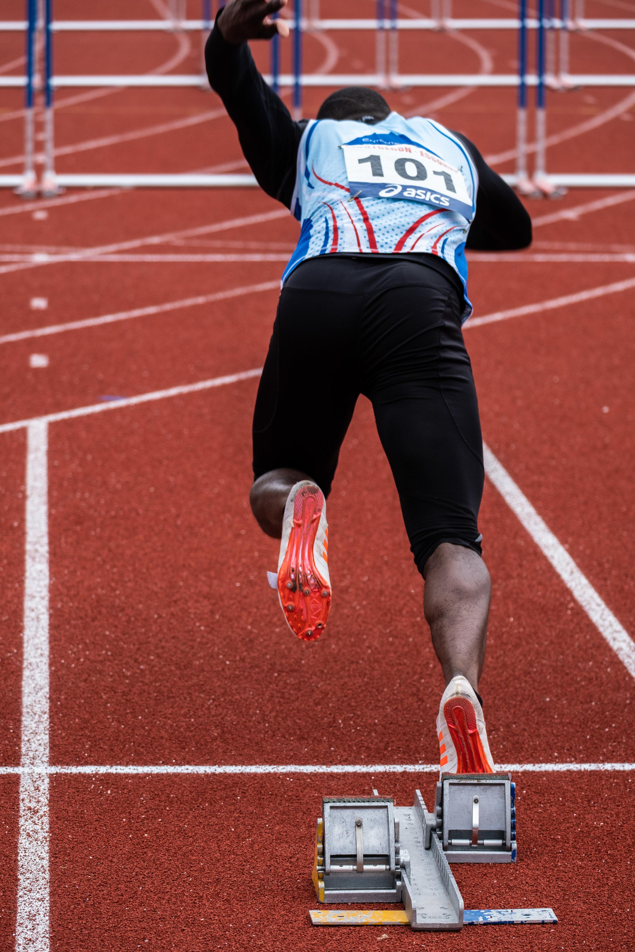 Dans les starting-blocks pour le 110m haies masculin