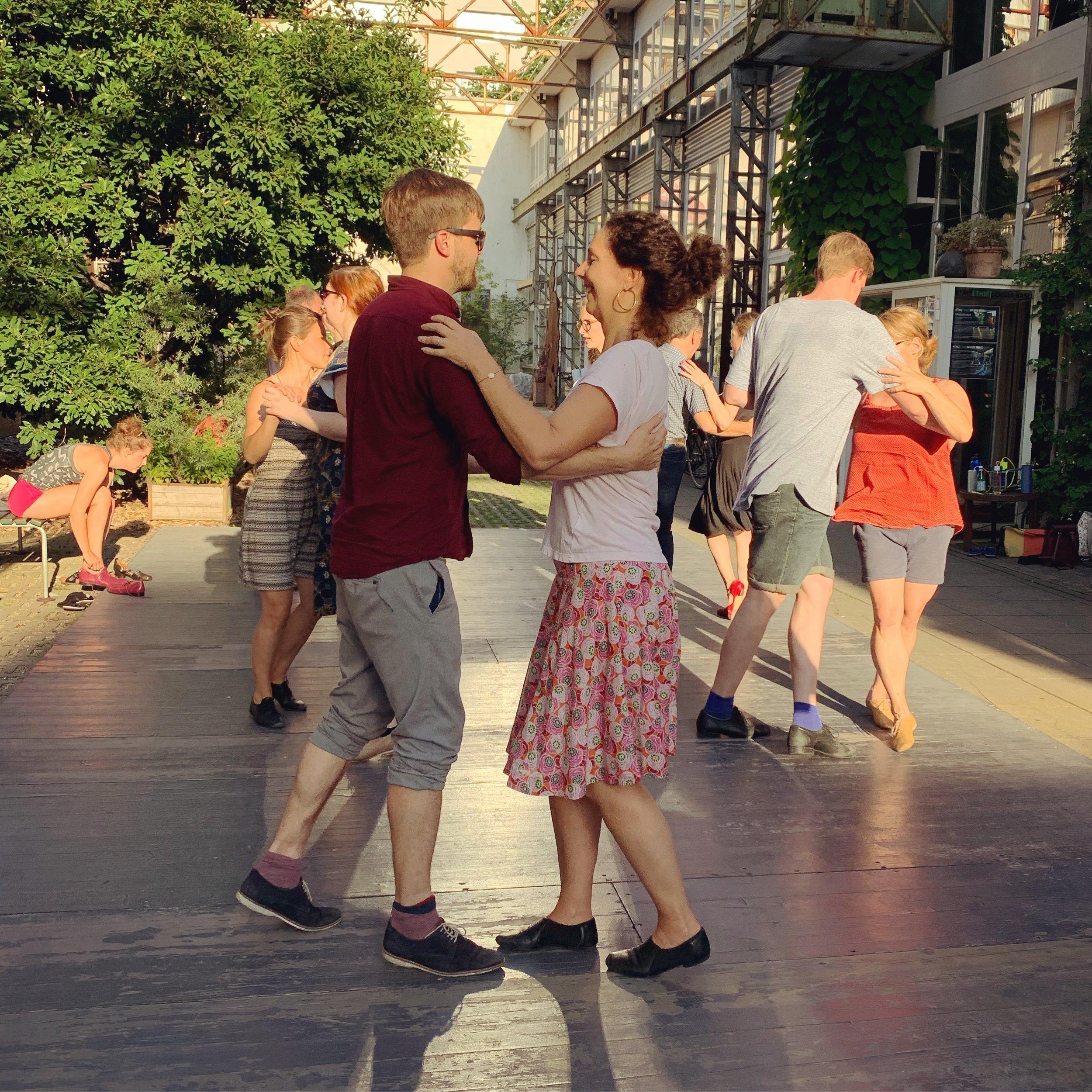 In a Day WorkshopS - In unseren In a Day Workshops bringen wir dir die Grundlagen von Lindy Hop, Shag oder Balboa näher. An einem Nachmittag am Wochenende lernst du die typische Bewegungen und bekommst ein Gefühl für den jeweiligen Tanz. Ideal, wenn du einen der Swingtänze ausprobieren möchtest.