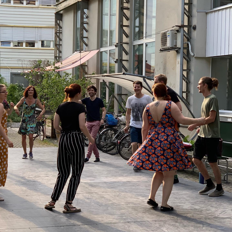 BeginnerKurse - In unseren wöchentlichen Kursen kannst du einen oder mehrere Swingtänze parallel erlernen. Die Kurse finden an zentralen Orten in Basel statt und werden von einem spitzen Lehrerteam geführt. Ideal, wenn du konstant Fortschritte erzielen und in einer netten Gruppe lernen möchtest.