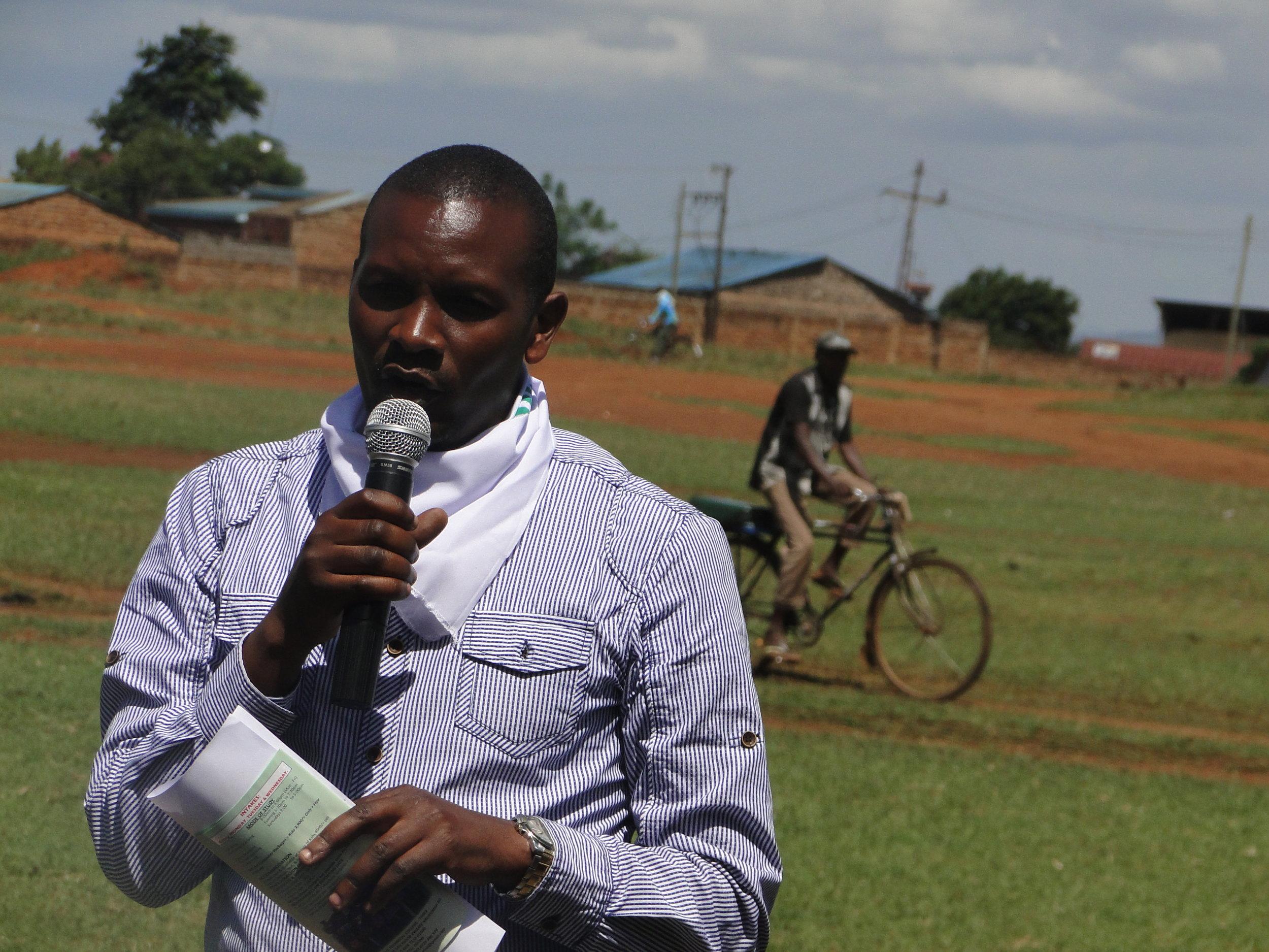 Rashid Mutua addresses the participants.