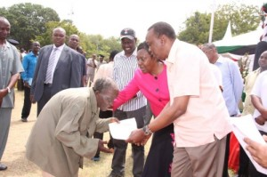 President Uhuru Kenyatta, issues land title to a squatter in Kilifi|Source Daily Nation