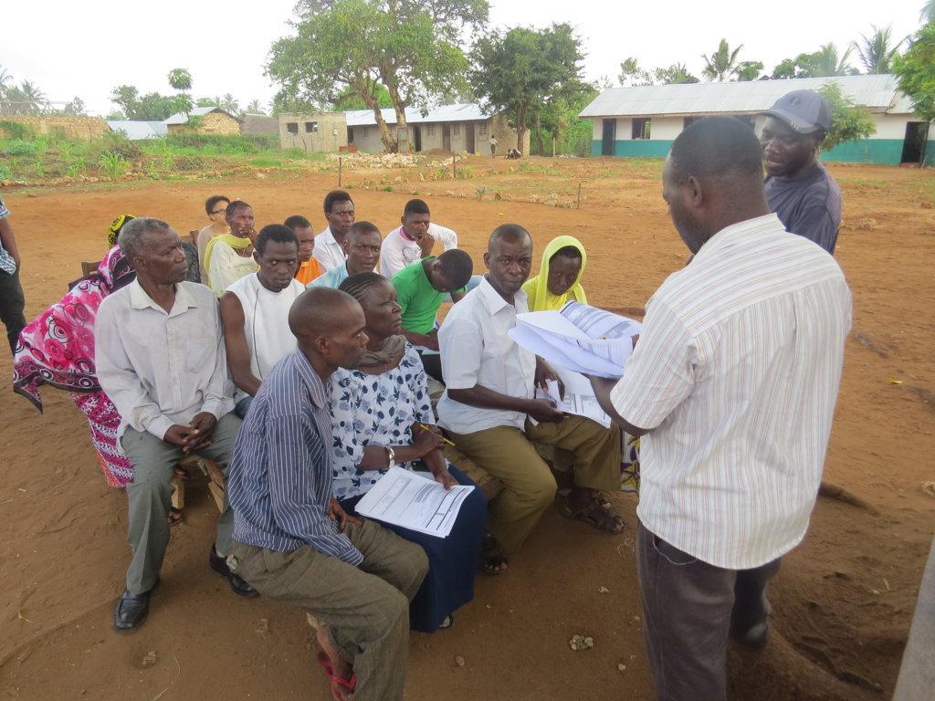 Muungano wa Wanavijiji crew trains Kididima settlement in Kilifi on Settlement Profiling