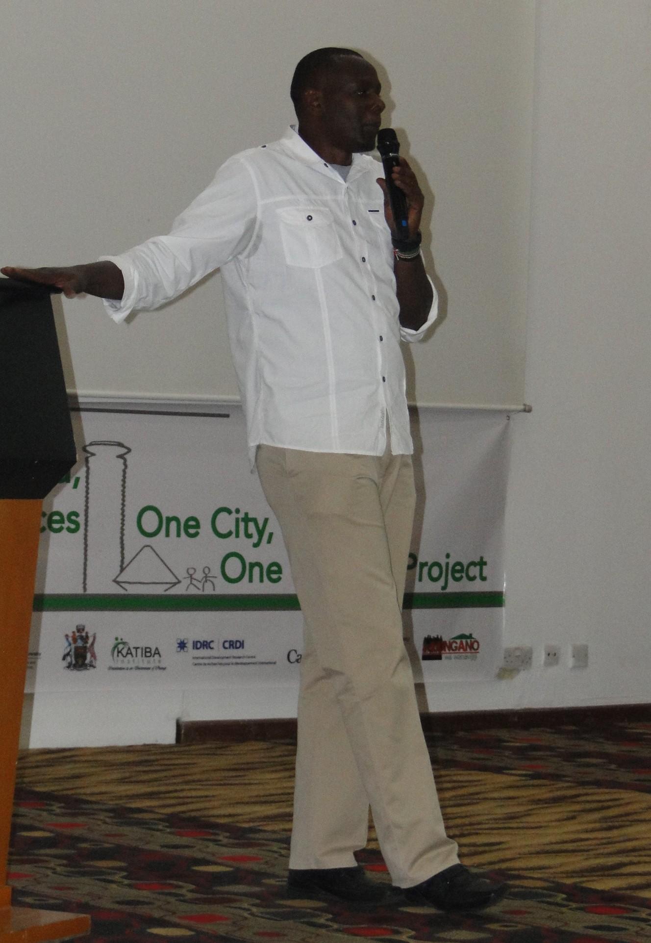 Joseph Muturi of Muungano wa Wanavijiji gives an overview of the project