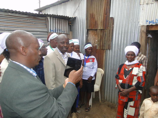 Kiambu Governor, H.E William Kabogo enumerates a family in Kiandutu during an event to launch the community enumeration process. The Kenya federation has moved from paper based surveys to the use of hi-tech devices.