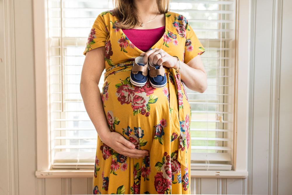 11-jacksonville-lifestyle-in-home-maternity-photographer-bedrest.JPG