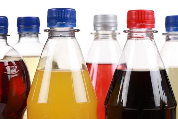 ทั้งนี้สาเหตุที่ทำให้การดื่มน้ำอัดลมทุกวันเสี่ยงต่อโรคหัวใจล้มเหลวก็เพราะว่า ปริมาณน้ำตาลที่มากกว่า 7 ช้อนชาในน้ำอัดลม จะเข้าไปเปลี่ยนแปลงความดันเลือดและส่งผลกระทบไปถึงการสูบฉีด รวมทั้งระบบภายในต่าง ๆ จนอาจทำให้หัวใจทำงานผิดปกติได้ อีกทั้งธรรมชาติของมนุษย์เมื่อได้บริโภครสหวาน ความอยากอาหารอื่น ๆ ก็จะลดลง นำมาซึ่งการบริโภคอาหารไม่ครบทั้ง 5 หมู่ได้ ซึ่งก็แน่นอนว่าไม่ใช่แนวทางที่ดีต่อสุขภาพเลยจริง ๆ   อย่างไรก็ดี ผลการวิจัยไม่ได้เหมารวมไปถึงการบริโภคน้ำผลไม้หรือเครื่องดื่มประเภทชาและกาแฟ ทว่าจุดสำคัญที่ทำให้น้ำอัดลมเป็นเครื่องดื่มที่เพิ่มความเสี่ยงโรคหัวใจล้มเหลวได้อยู่ที่สารที่ให้ความหวานแทนน้ำตาลนั่นเอง ซึ่งก่อนหน้านี้ก็มีการศึกษาหลาย ๆ ชิ้นที่ออกมาเตือนว่าการบริโภครสหวานจัดเกินไป (บริโภคน้ำตาลมากกว่า 7 ช้อนชาต่อวัน) โดยเฉพาะการบริโภคสารที่ให้ความหวานแทนน้ำตาลจากเครื่องดื่มสำเร็จรูปเหล่านี้อาจทำให้เสี่ยงต่อโรคเบาหวานชนิดที่ 2 โรคอัมพาต โรคอ้วน ซึ่งอาจเป็นสาเหตุสำคัญของโรคหัวใจล้มเหลวในเวลาต่อมาได้   ดังนั้นเพื่อสุขภาพที่ดีเราไม่ควรบริโภครสหวานเกินไป รวมทั้งรสเค็มและรสมันก็ไม่ควรให้เกินพอดีด้วยนะคะ เท่านี้ก็จะทำให้เสี่ยงต่อโรคเรื้อรังต่าง ๆ ได้แล้ว   ขอขอบคุณข้อมูลจาก  Mirror.co.uk , Dailymail.com , The Telegraph