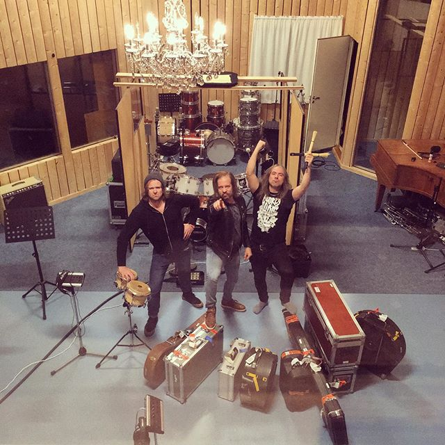 Studio time! Soon we'll be swinging from the chandeLer🔥 ⚡️ 🎷 🎙 🎚 #magicktouch #mt3 #recording #ler #trøndelag #hardrock #rock #studiotime #sørgårdenstudio #studio #drums #guitars #gibson #marshallamps