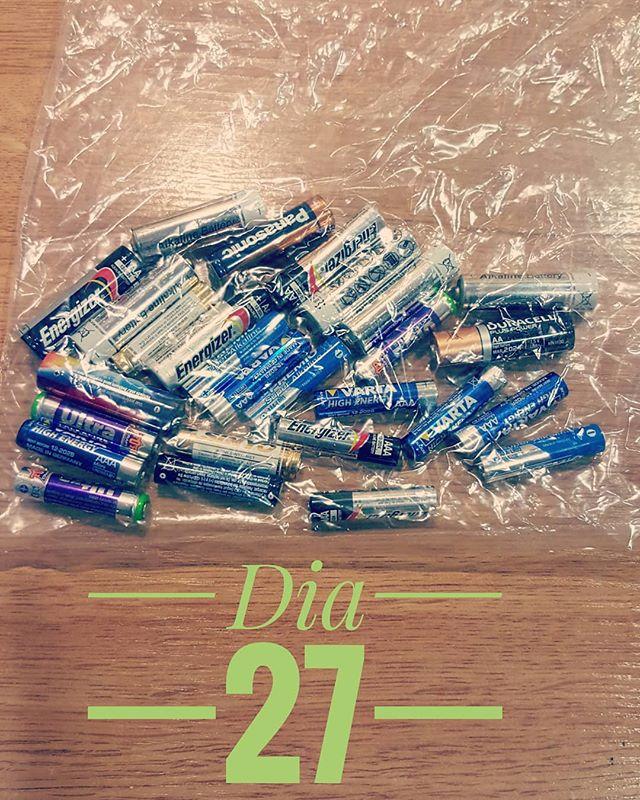 "👉 Dia 27 del #reto465.  Les piles son un ""must have"" a qualsevol #reto465 😍😍. Penseu en la quantitat de llocs de casa on anem escampant piles: a la cuina, al despatx, al calaix de l'entrada on deixem tot el que no sabem on deixar...per què no posem una caixeta en lloc concret i les deixem sempre allà?🤔 Quan la caixa estigui plena, les portem a la deixalleria i llestos.😉😉 👉 Día 27 del # reto465. Las pilas son un must have en cualquier #reto465.  Quiero que  pensesis  en la cantidad de sitios de casa dónde vamos dejando pilas: en la cocina, en el despacho, en el cajón de la entrada donde dejamos todo lo que no sabemos donde dejar ... ¿por qué no ponemos una cajita en un lugar concreto y las dejamos siempre allí? 🤔 Cuando la caja esté llena, las llevamos al punto limpio y listos! 😉😉"