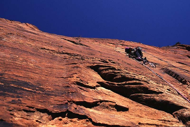 #9513 Lee Logsten climbing on SpaceShot (Zion)